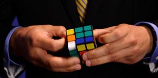 Anthony Brooks در کمتر از ۷ ثانیه مکعب های روبیک را مرتب می کند